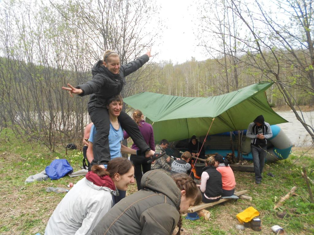 Лагерь сплавщиков с навесом