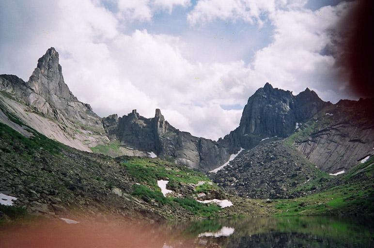 Пик Звездный (слева), перевал Звездный (ближайший кулуар к пику Звездный) и пик Птица. Вид с озера Горных Духов