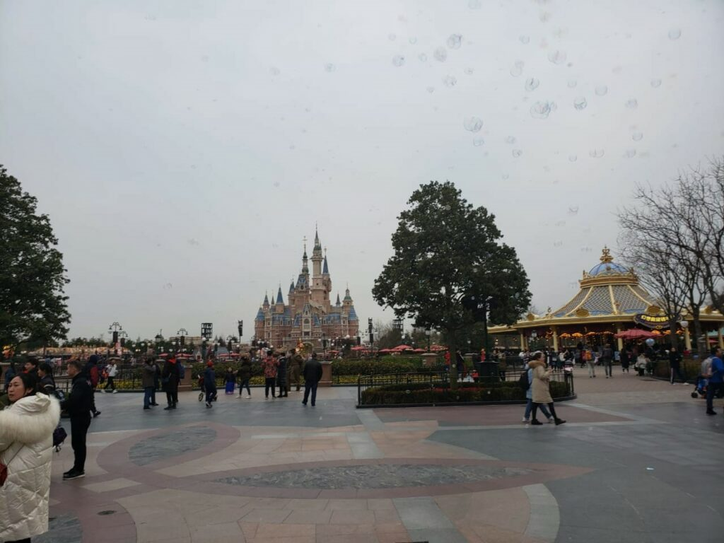 Главная площадь парка Дисней в Шанхае