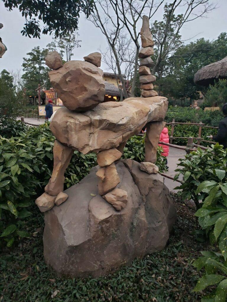 Каменная скульптура тигра в парке Дисней